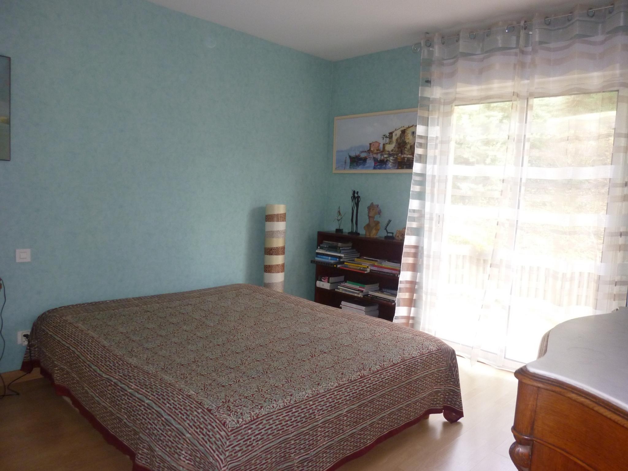 Chambre 1 (avec salle d'eau privative et placard).